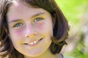 närbild porträtt av en leende tonårsflicka foto