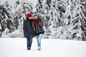 par man kvinna snö gå glädje foto