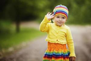 liten flicka hälsar händerna upp foto