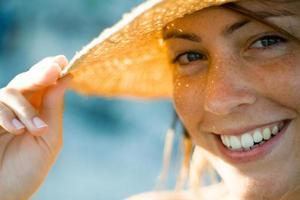 leende flicka med hatt foto