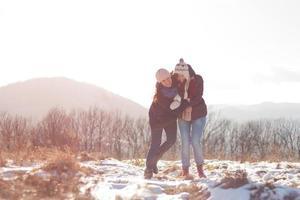 vänner som har kul på snö