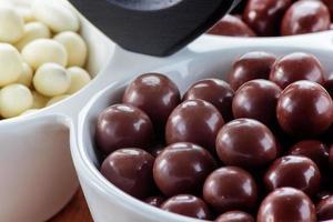 chokladdragee på nära håll foto
