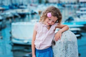 glad barnflicka på sommarsemester vid havet i Slovenien foto
