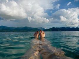 koppla av, fötter i havet foto
