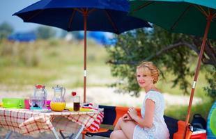 vacker kvinna avkopplande på sommar picknick foto