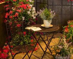 avkopplingsområde omgiven av vackra blommor foto