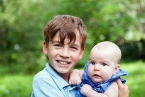 porträtt av lycklig bror och systrar foto