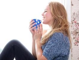 koppla av med en kopp kaffe hemma foto
