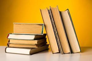 böcker på bordet. foto