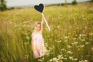 liten flicka med plattskärlek foto