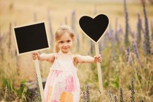liten flicka med tallrikar foto