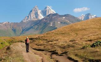 turist soluppgång stiger i bergen foto