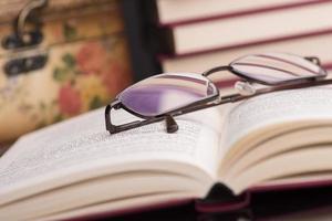 böcker och glasögon foto