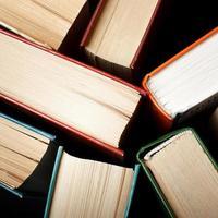 gamla och begagnade inbundna böcker eller läroböcker sett foto