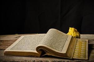 koran - helig bok av muslimer foto