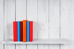 böcker på en trähylla. foto