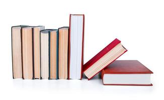 bunt med gamla böcker isolerad på vitt