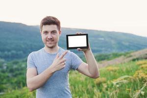 hålla en ebok och pekar med fingret på boken foto