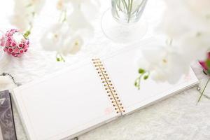 tom anteckningsbok på ett vitt träbord foto