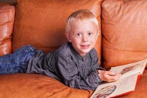 barn läser i en bok foto