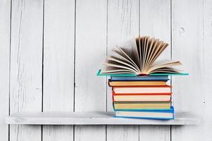 den öppna boken på andra flerfärgade böcker. foto