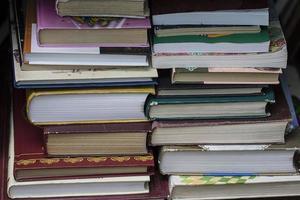 bunt med gamla böcker foto