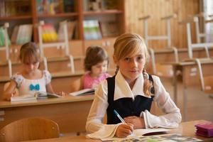flickan studerar foto