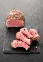 stekt nötkött på svarta tavlan foto