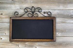 traditionell tom svart tavla på åldrat trä foto
