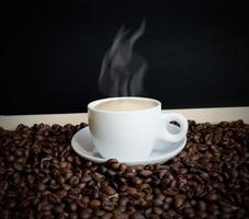 kaffe och kaffebönor med krita ombord foto