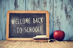 text välkommen tillbaka till skolan skriven på en svart tavla