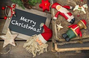 juldekoration ljus och vintage leksaker. svarta tavlan foto