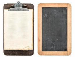 antik urklipp och svarta tavlan isolerad på vitt foto