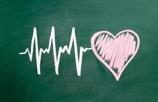 hjärtslag karaktär och design, kärlek hjärta på en svart tavla foto