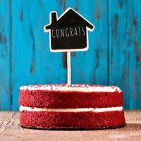 hus-formad svarta tavlan med texten gratulerar i en tårta foto
