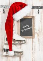 röd hatt och svarta tavlan. vintage stil jul dekoration foto