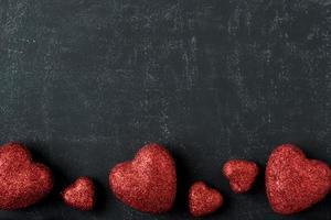 röda hjärtan på en svart tavla för alla hjärtans dag foto