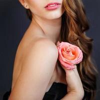 ung blond tjej som applicerar smink av make-up artisten. foto