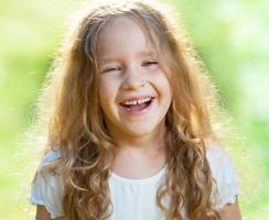skrattande flicka på gräset