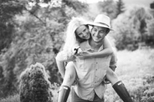 lyckliga älskande par på förlovningsdagen foto