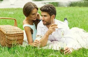 unga attraktiva par på datum foto