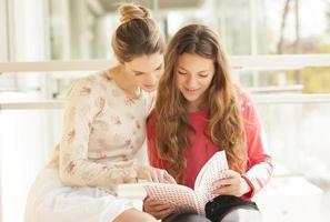 flickor studerar foto