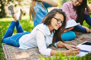 studerar utomhus foto