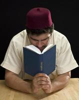studerar koran foto