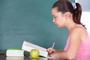 ung kvinna studerar foto