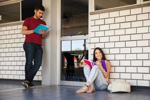 studerar utanför ett klassrum foto