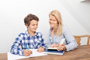 mamma och son studerar