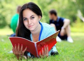 högskolestudent som studerar på campus foto