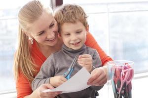 mamma och son studerar foto