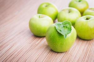 färska gröna äpplen foto